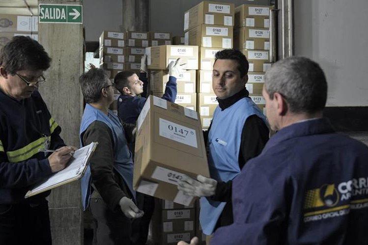 Centros son abastecidos con papeletas en Argentina. (Foto Prensa Libre: AFP)