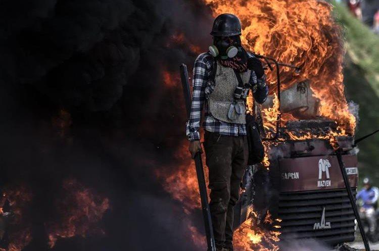238/5000 Un camión fue incendiado durante la manifestación en Caracas.(AFP).