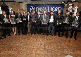 7/11/2011 Grupo de galardonados junto al director en la cena del Día del Periodista. (Foto: Hemeroteca PL)