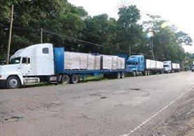 Agentes de la PNC durante la inspección de los camiones que transportaban la cerveza. (Foto Prensa Libre: Rolando Miranda)