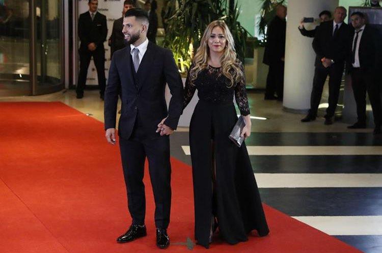 El jugador argentino Sergio Aguero y su pareja Karina dicen presente y asisten a la boda de sus amigos Lionel Messi y Antonella Rocuzzo. (Foto Prensa Libre: EFE)