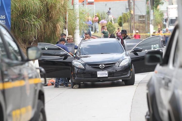Vehículo atacado a balazos en el que viajaban tres personas. (Foto Prensa Libre: Érick Ávila)