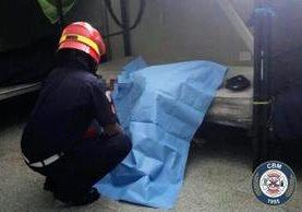 El cuerpo de Ariel Estuardo Yanez Najarro quedó junto a una cama. Foto Prensa Libre: CBM.