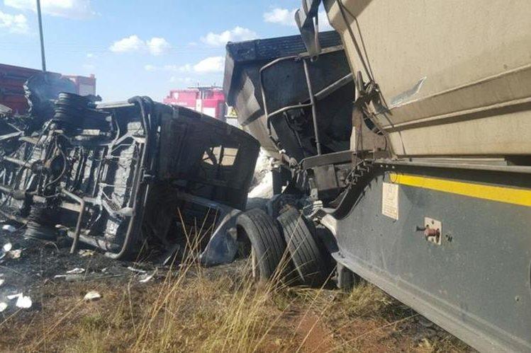 Autobús en el que viajaban más de 20 niños en Sudáfrica quedó destruido. (Foto Prensa Libre: Twitter @ER24EMS)