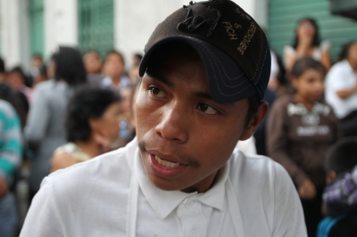 Carlos Chen es de Cobán pero cada día desde hace dos años vende granizadas en la zona 1. (Foto Prensa Libre: Paulo Raquec)