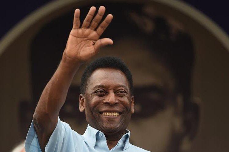 El cariño y admiración de los amantes del futbol por Pelé traspasa las fronteras. (Foto Prensa Libre: AFP)