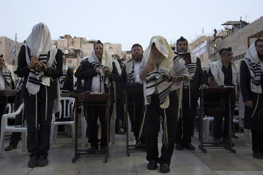Judíos entonan melodías durante un festejo de Año Nuevo.