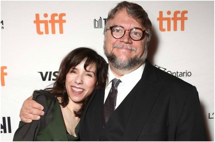 Sally Hawkins —está nominada como mejor actriz dramática por su participación en la película The Shape of Water— junto al director Guillermo del Toro