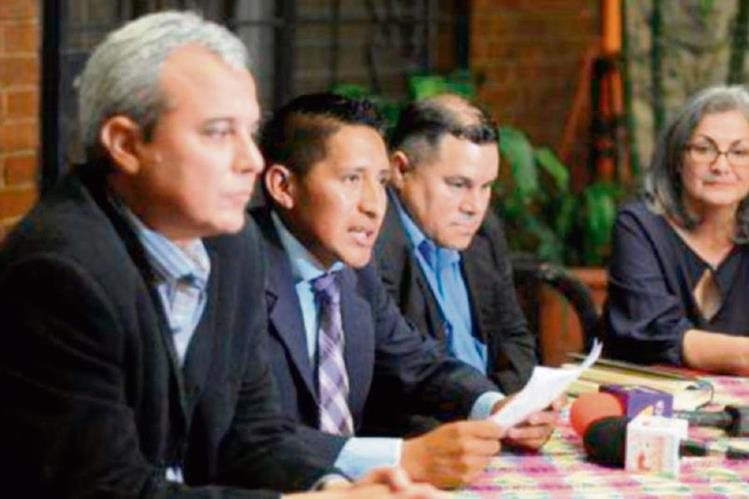 Oswaldo Ical Jom, periodista de Quiché —Izq.—, investigaba la desaparición de una niña cuando fue agredido por miembros de una junta comunitaria de seguridad en Uspantán.