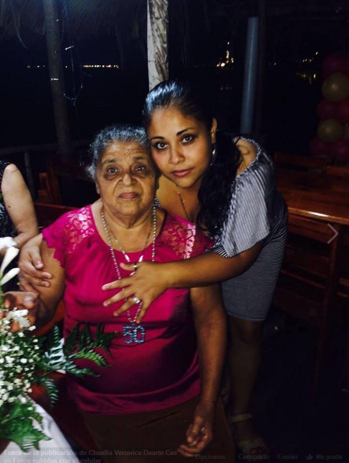 Claudia Duarte, junto a su madre, en una fotografía que fue colocada en Facebook días previos a su muerte. (Foto Prensa Libre: Dony Stewart).