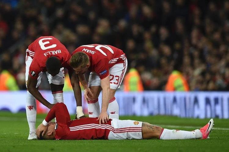 Marcos Rojo intentó seguir jugando frente al Anderlecht pero el dolor no se lo permitió. (Foto Prensa Libre: AFP)
