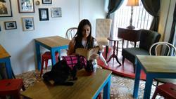 Rosario Rodríguez, clienta, disfruta en Mona Café junto a sus mascotas. (Foto Prensa Libre: Oscar García).
