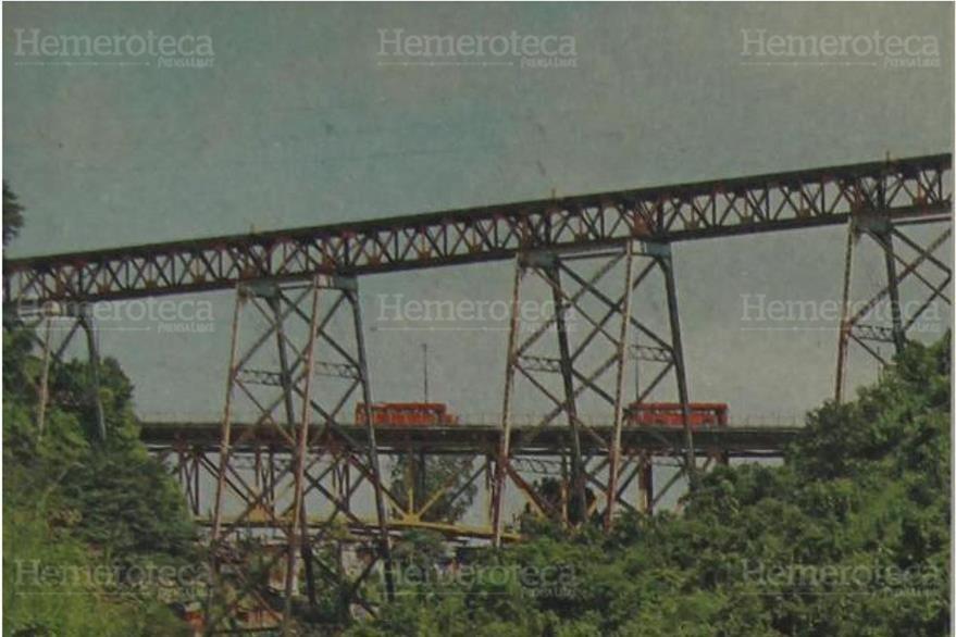 En rimer plano, el puente Las Vacas o Puente de los Suicidas; atrás, el Puente Belice, en 1996. (Foto: Hemeroteca PL)