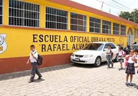 Debido a los daños por la lluvia, en el Ineb de San Gabriel, Suchitepéquez, se suspendieron las clases por una semana. (Foto Prensa Libre: Cristian Soto)