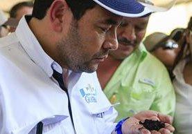 Con gorra y barba, el presidente Jimmy Morales participa en la presentación de una planta de tratamiento en el Irtra de San Martín Zapotitlán, Retalhuleu. (Foto Prensa Libre: Presidencia)