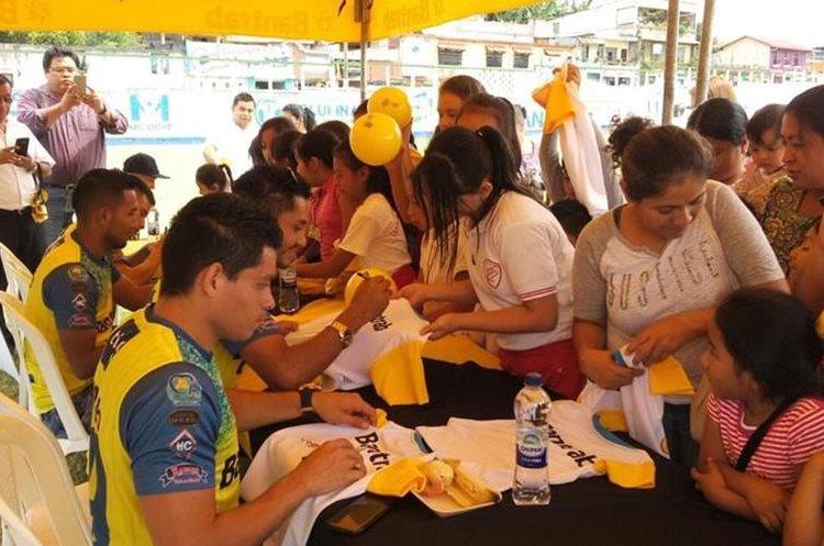 Los jugadores de Cobán Imperial plasmaron su firma en playeras y balones para los niños.(Foto Prensa Libre: Cortesía La Red)