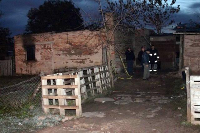 Autoridades investigan en la escena del indendio en la ciudad de Paysandú.
