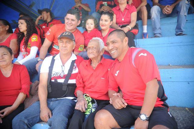 Luis Morales Chavarría, centro, compartió con Juan Carlos Plata en el palco del Estadio Del Trébol. (Foto Prensa Libre: Carlos Vicente)