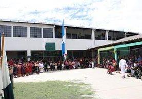 La inauguración de las aulas se dio en un acto presenciado por alumnos, padres de familia y líderes de la comunidad. (Foto Prensa Libre: María José Longo)
