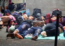 Cientos de inmigrantes cubanos se encuentran varados en el puesto fronterizo de Peñas Blancas.