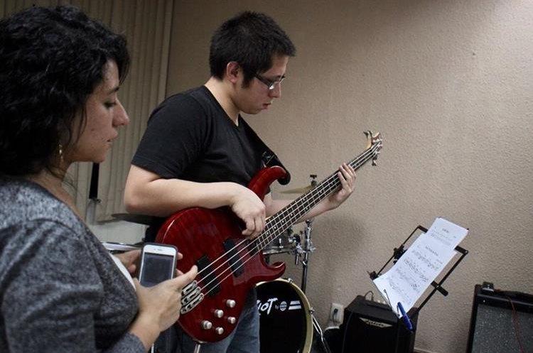 La maestra Rosse Aguilar supervisa la interpretación del bajista Carlos Figueroa. (Foto Prensa Libre: José Dávila)