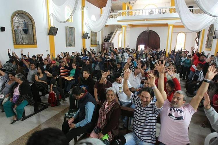 Vecinos de El Cambray 2, reunidos en la Iglesia Católica de Santa Catarina Pinula, aceptan el traslado a San José Pinula. (Foto Prensa Libre: Esbin García)