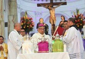 Arzobispo Óscar Vian bendice los aceites y los óleos. (Foto Prensa Libre: Erick Ávila).