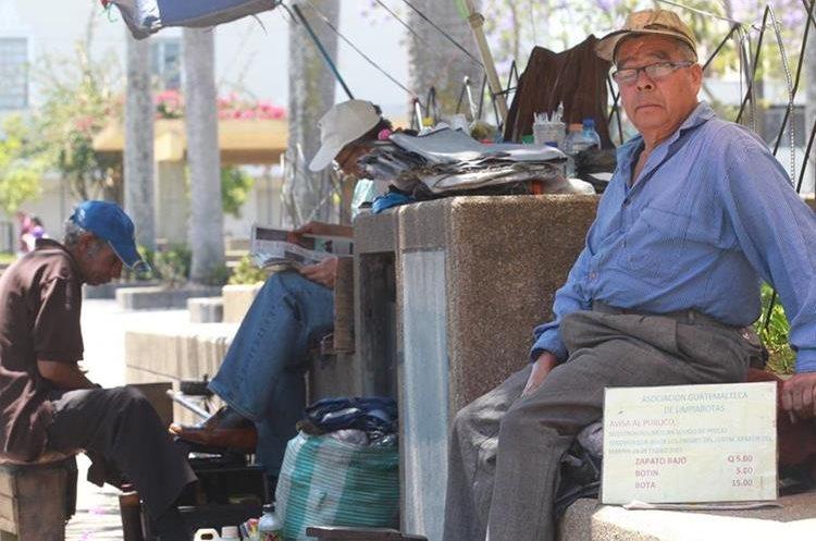 Muchos de los lustradores del Centro Histórico llevan más de 35 años de servicio. (Foto Prensa Libre: Estuardo Paredes).