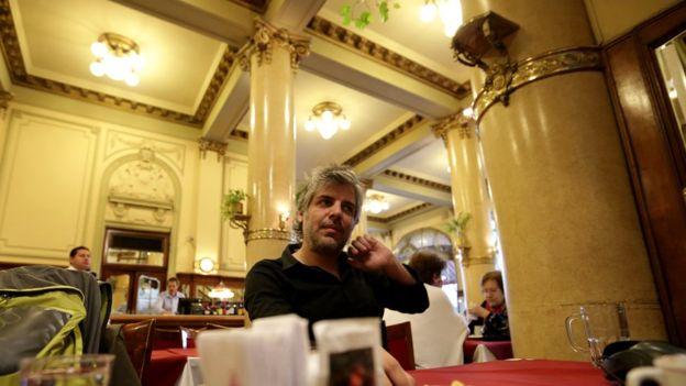 Luciano Zuppa en el bar Las Violetas donde llevó a su abuela después de encontrarse con los restos de sus padres, desaparecidos hace 30 años. BBC MUNDO