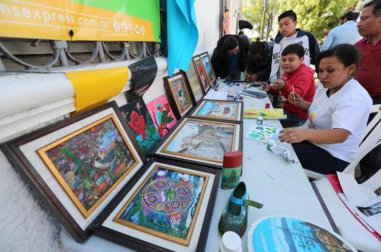 Artesanos venden sus obras de arte durante la actividad promovida por Jóvenes contra la Violencia