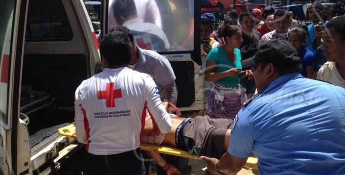 Noel Carranza es trasladado por paramédicos al hospital despueés de caer en el Estadio Yamil Ríos. (Foto Prensa Libre: tn8.tv)