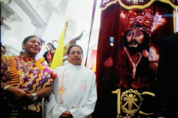 La Orden del Quetzal en Grado de Gran Oficial fue impuesta al estandarte de la hermandad de Jesús Nazareno de Mixco. (Foto Prensa Libre: Edwin Bercián).