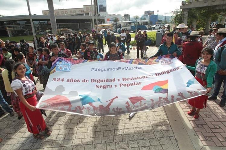 Campesinos reunidos en la Plaza Obelisco para la marcha por la dignidad indígena. (Foto Prensa Libre: Érick Ávila)