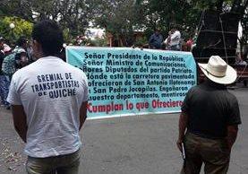 Pilotos protestan frente a la Gobernación Departamental, en Santa Cruz del Quiché, para exigir reparación de carretera. (Foto Prensa Libre: Óscar Figueroa)