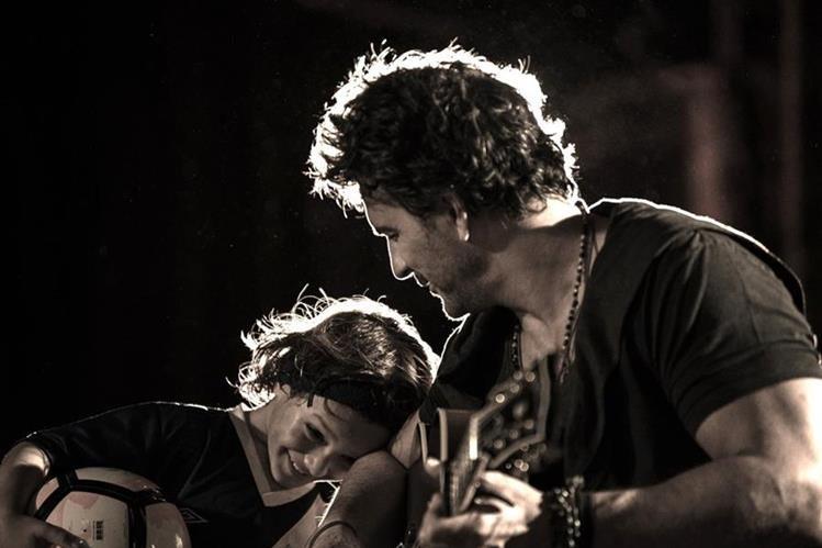 En las escenas del video Nada es como tú, Ricardo Arjona aparece junto a su hijo menor, Nico. (Foto Prensa Libre: Cortesía Metamorfosis)
