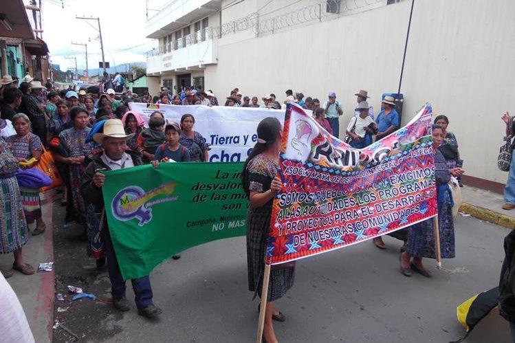 Pobladores de la San Martín Jilotepeque, Chimaltenango, efectúan marcha y exigen que se desocupen tierras invadidas. (Foto Prensa Libre: José Rosales)