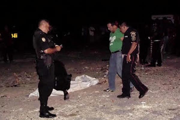 <p>El cuerpo sin vida de un hombre de unos 27 años, fue encontrado en terrenos baldíos de un basurero de cerro La Alfora, a un costado del barrio Guaytan, San Agustín Acasaguastlan, El progreso. (Foto Prensa Libre: Héctor Contreras)<br></p>