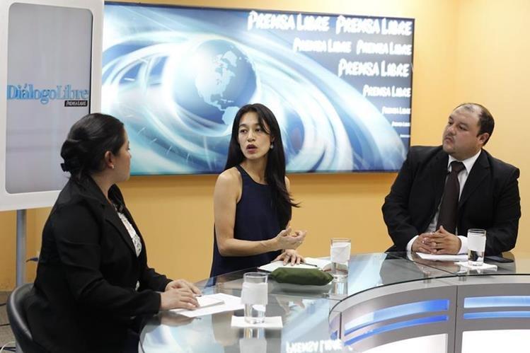 Los periodistas Andrea Orozco y Antonio Barrios conversan con la ministra de Salud, Lucrecia Hernández Mack —al centro—, en Diálogo Libre. (Foto Prensa Libre: P. Raquec)