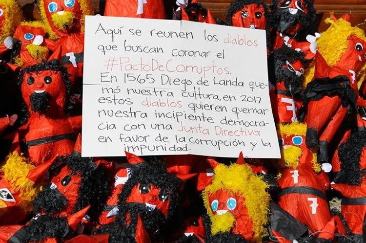 El cartel contiene un mensaje contra las alianzas a favor de la impunidad y la corrupción. (Foto Prensa Libre: Álvaro Interiano)