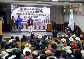 Líderes indígenas de siete departamentos se reunieron en el Cunoc para rechazar la reglamentación de las consultas comunitarias.(Foto Prensa Libre: Carlos Ventura)