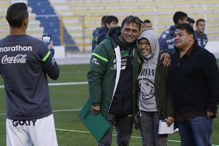 El técnico de Bolivia Angel Guillermo Hoyos, asegura que tratarán de jugar con todo lo que tienen contra el mágico Brasil. (Foto Prensa Libre:AFP)