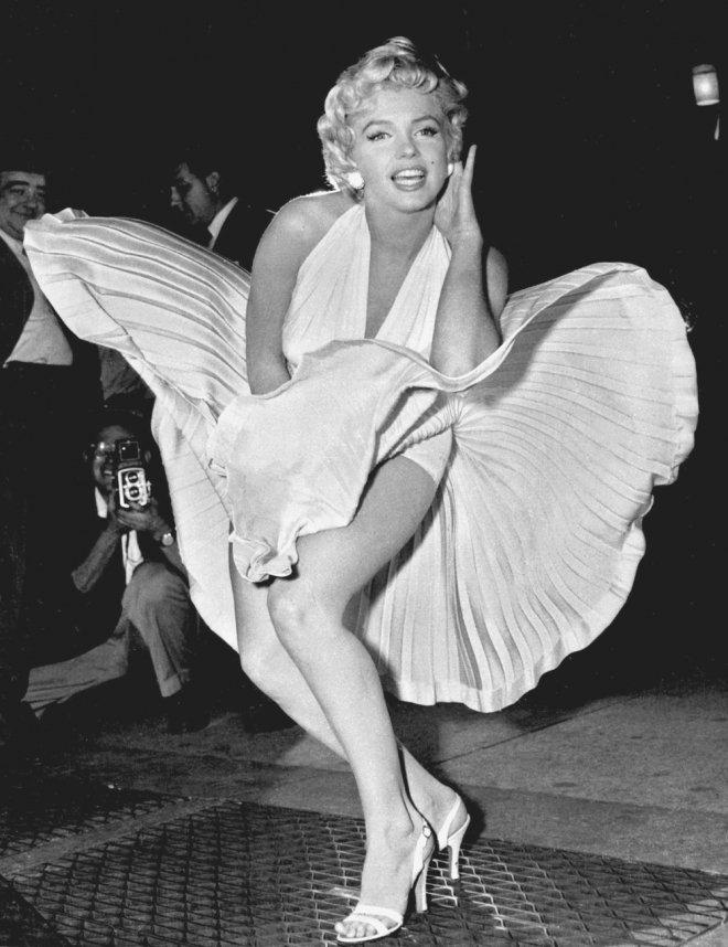 Al hablar de Marilyn Monroe, sin lugar a dudas, la imagen que se viene a la mente es la de la rubia vestida de blanco. El vestido es un ícono en la historia cinematográfica y la imagen de Monroe parada sobre las rejillas del metro luciendo el vestido que vuela con la intensidad del aire, es reconocida como una de las imágenes más famosas del siglo XX.