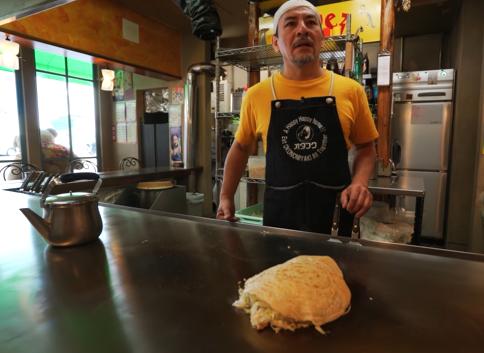 López, preparando un okonomiyaki, que se come desde la plancha misma (Foto Prensa Libre: YouTube / alanxelmundo).