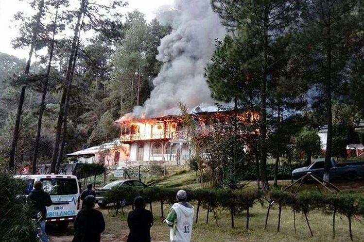 Un restaurante de dos pisos fue consumido por un incendio, en km 144 ruta Interamericana. (Foto Prensa Libre: Ángel Julajuj)