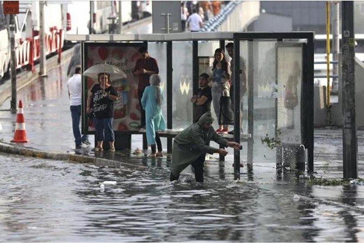 Una fuerte tormenta dejó dos personas heridas y cientos de vehículos y viviendas dañadas en Estambul. (Foto Prensa Libre: tn.com.ar)