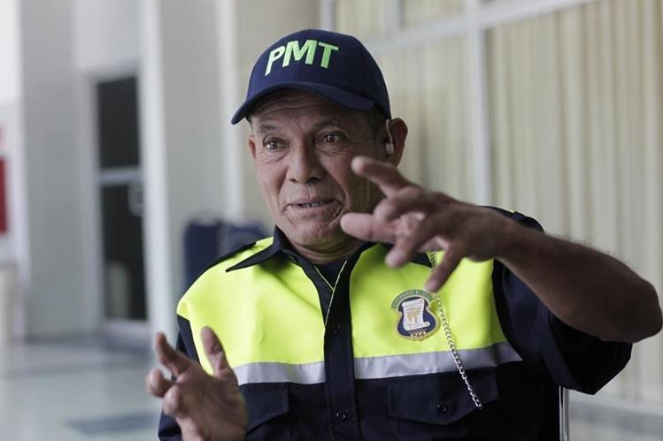 Más de 20 años después de buscar una oportunidad de empleo César Gálvez logró ser PMT de Mixco. (Foto Prensa Libre: Edwin Bercián)