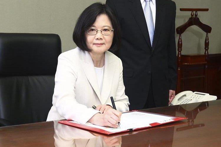 La nueva presidenta de Taiwán, Tsai Ing-wen, firma su primer documento tras la ceremonia de posesión del cargo. (Foto Prensa Libre: EFE).