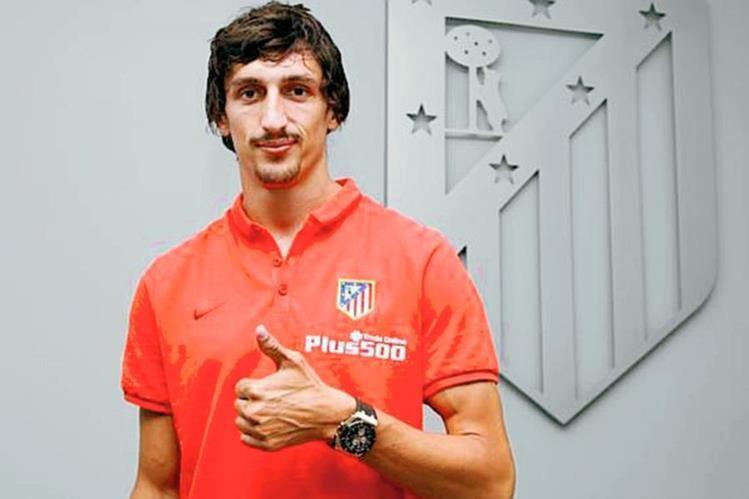 Así poso Savic para las cámaras en su nuevo equipo. (Foto Prensa Libre: Atlético de Madrid/Twitter)