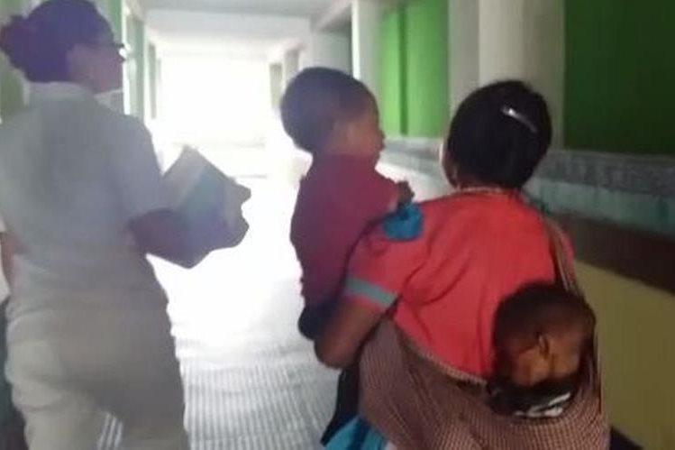 Blanca Santiago, lleva a en la espalda a su hijo Alberto Arias, quien padece desnutrición. (Foto Prensa Libre: Hugo Oliva).
