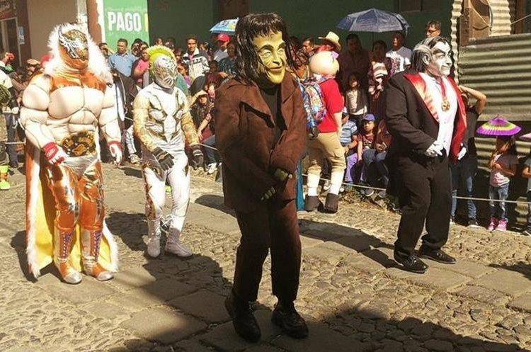 Decenas de personas salen a la vía pública a recibir a los personajes de los convites. Hay varios grupos que estarán festejando. (Foto Prensa Libre: Oscar Felipe)